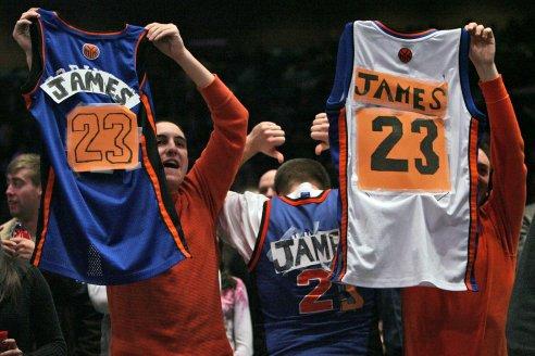 I tifosi Knicks con le maglie da loro taroccate, grandioso