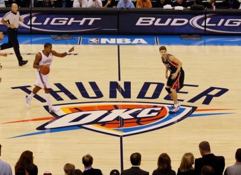 Earl Watson in palleggio nella prima gara della storia dei Thunder in casa contro i Bucks