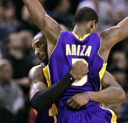 Kobe abbraccia il suo pupillo Trevor