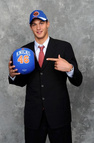 Danilo Gallinari con le insegne Knicks dopo il draft