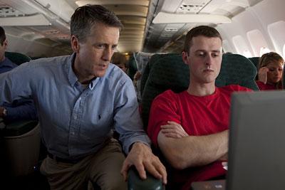 Steve Donahue, a sinistra, studia i video sull'aereo di Cornell