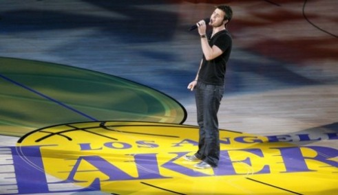 L'american Idol 2009 Kris Allen canta l'inno alle Finals