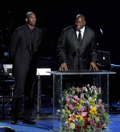 Magic e Kobe sul palco dello Staples (Reuters)