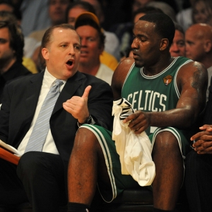 Tom Thibodeau, attuale vice di Boston e futuro coach di Chicago per tre anni, con Perkins