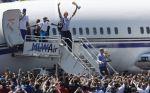 Dirk scende dall'aereo