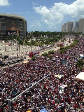 Folla fuori dall'America Airlines Arena