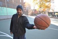 Doc, veterano del Vietnam, unico a fare due tiri nel playground vuoto alle dieci del mattino