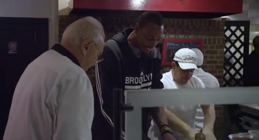 Pierce esplora Brooklyn nello spot di American Express