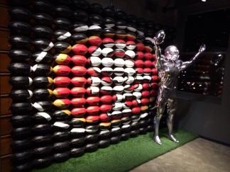 Il Nike Store di San Francisco: mosaico del logo dei 49ers con palloni da football