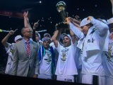 Gli Spurs alzano il trofeo