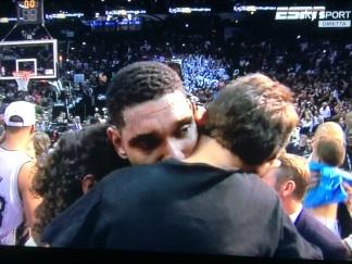 Duncan in lacrime con i figli