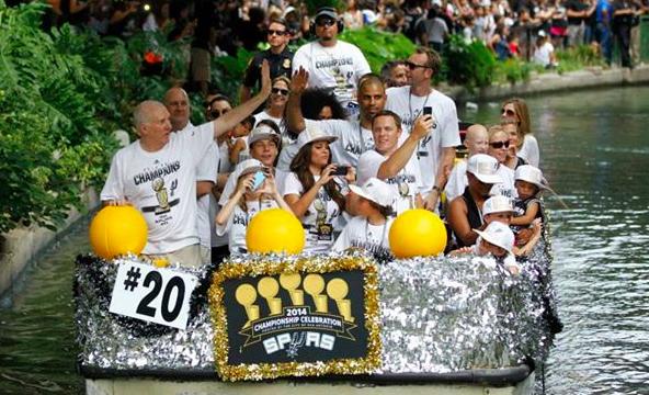 Gli Spurs e la festa sul fiume (Dal profilo Fb di Nba Italia